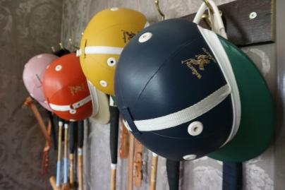Polo helmen aan de wand.