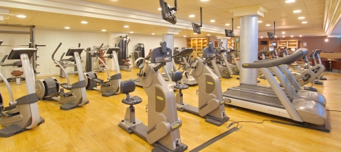 In de fitness is apparatuur genoeg om los te gaan.